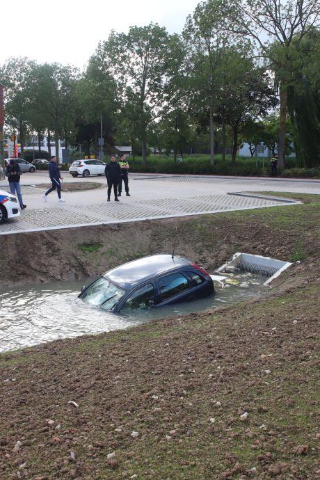 Bezoekers winkelcentrum Tiel vergeten handrem: auto belandt in de sloot