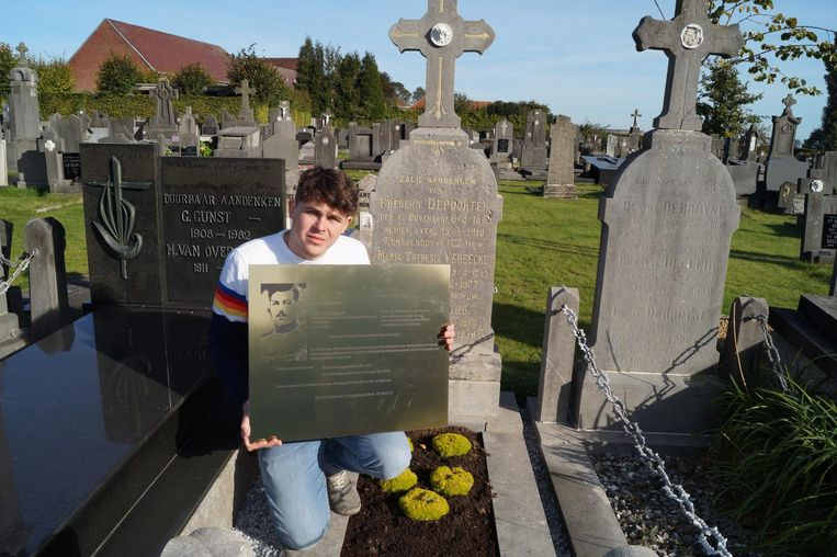 Dylan herenigt een gesneuvelde zoon met zijn ouders op de begraafplaats van Kortemark.