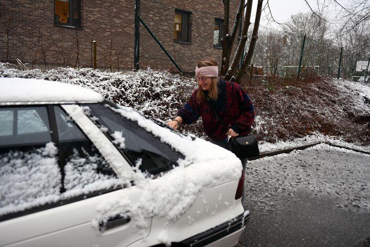De auto sneeuwvrij maken, hoorde er vandaag ook bij.