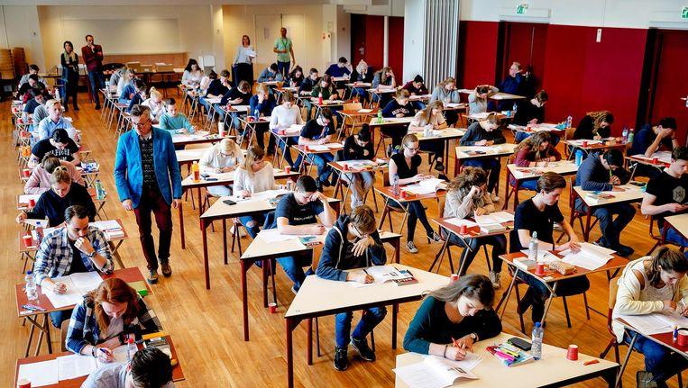 Stressen, zweten, zwoegen en ploegen op (hopelijk) de laatste schoolbanken van eindexamenkandidaten. Beeld anp