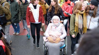 Niet alleen jongeren nemen deel aan klimaatmars, ook de oma van Anuna doet mee