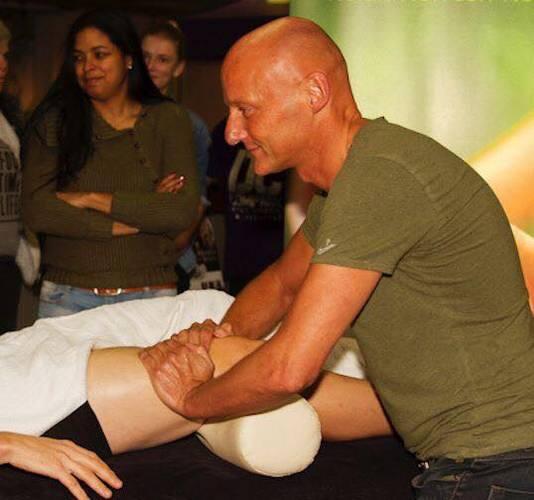 Rob van den Dobbelsteen masseert.