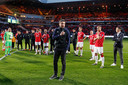 Mark van Bommel dankt het PSV-publiek na de laatste wedstrijd.