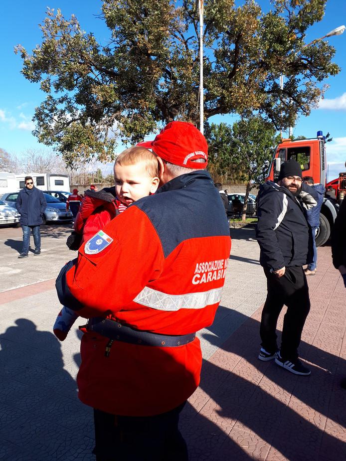Zoontje Lucas (8 maanden) van Marlies van Erp uit Bladel wordt opgevangen door agent nadat zijn huis is verwoest door aardbeving bij de Etna.