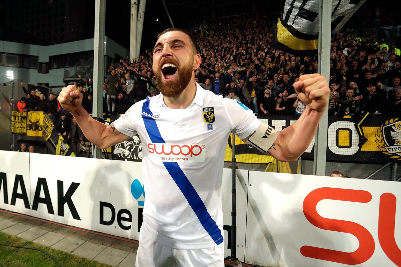 Toenmalig Vitesse-aanvoerder Guram Kashia vierde in 2018 na de play-offs voor een vol uitvak bij FC Utrecht het behalen van Europees voetbal. Zo willen Vitesse en de Supportersvereniging Vitesse het vaker zien.