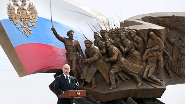 De Russische president Poetin houdt een toespraak voor het Eerste Wereldoorlog monument in Moskou. Beeld ap