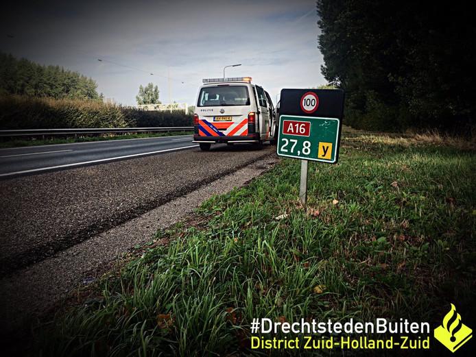 De man liep over de vluchtstrook van de A16 bij Hendrik-Ido-Ambacht.