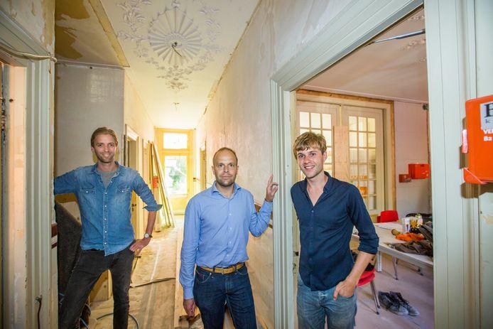 Wouter van Elburg (r.) met Frank Stoffels (l.) en Stephan Ligtvoet aan de Toussaintkade.