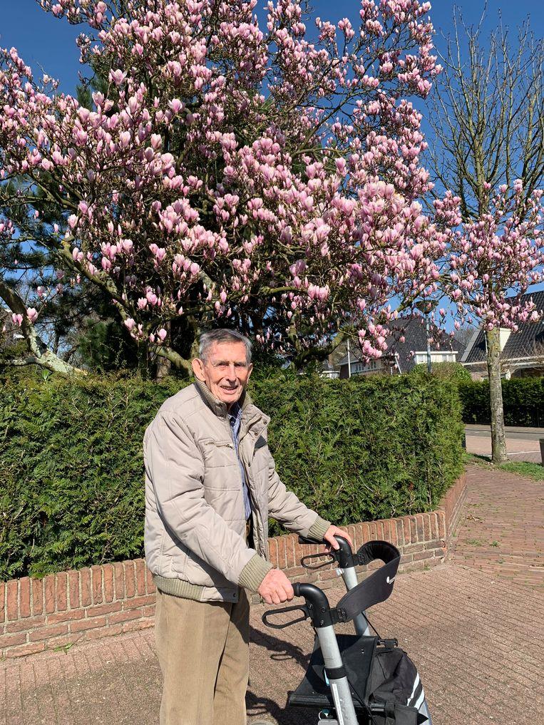Jan Schaapherder, vorig jaar, bij de magnolia waarvan hij zo hield. Beeld Familie Schaapherder