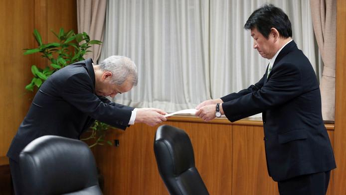 Le président de Tepco Naomi Hirose (à gauche) reçoit des mains du ministre de l'Economie Toshimitsu Motegi l'approbation du plan de restructuration
