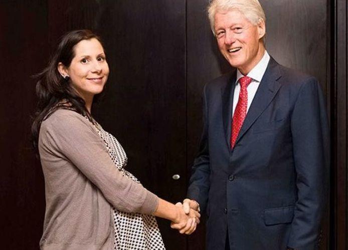 Oud-studente politicologie Elif Yavuz schudt de hand van Bill Clinton.