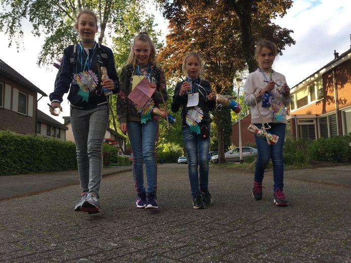 Fleur (12), Suus (12), Kiek (9) en Sophie (9) liepen afgelopen week in Berkel-Enschot met viertjes hun eigen wandelvierdaagse
