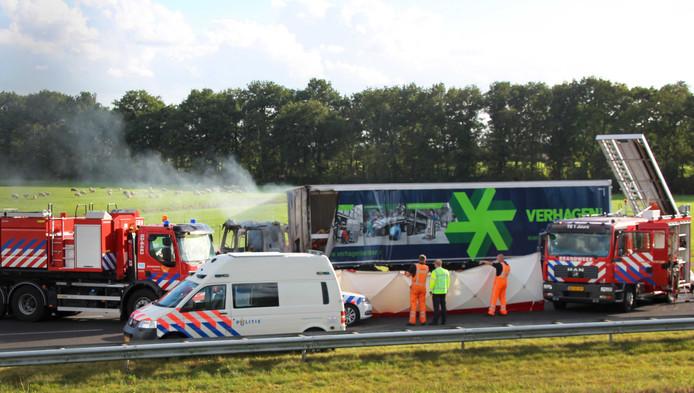 Hulpdiensten bij een verkeerschaos die is ontstaan nadat een vrachtwagen was ingereden op een file op de A7. Bij het ongeluk waren verschillende auto's betrokken en zijn meerdere gewonden gevallen.