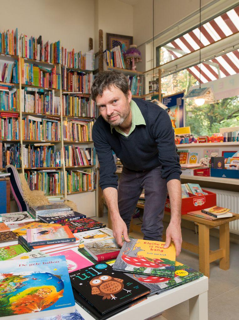 Oliver Reps in zijn boekwinkel: 'Schrijven is een ambacht: je moet oefenen, leren en beter worden.' Beeld Ivo van der Bent