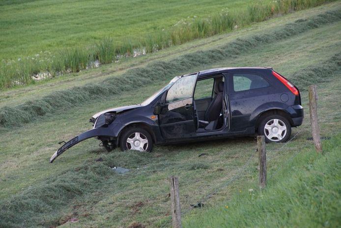 De auto is zwaar beschadigd maar de bestuurder mankeerde niets.