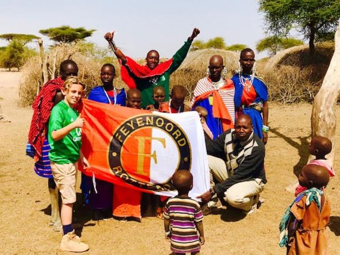 Of ze het voetbal in Nederland ook volgen is niet bekend, maar de leden van de Masaistam uit Tanzania wilden Feyenoordfan Daniel Dokmecian best helpen om de vlag omhoog te houden. En vooruit, ook het tenue nog even aantrekken dan. ,,Wij Feyenoorders zijn ook overal'', merkt Daniel nog op. Echt wel.