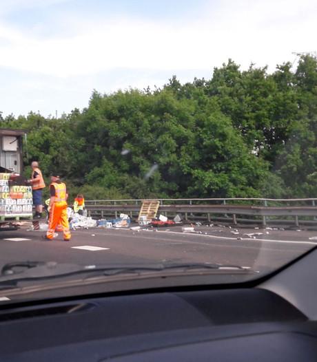 Waterflessen op de A12 bij Woerden door gekantelde vrachtwagen