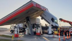 Verbluffende beelden: vrachtwagen sleurt afdak mee van tankstation