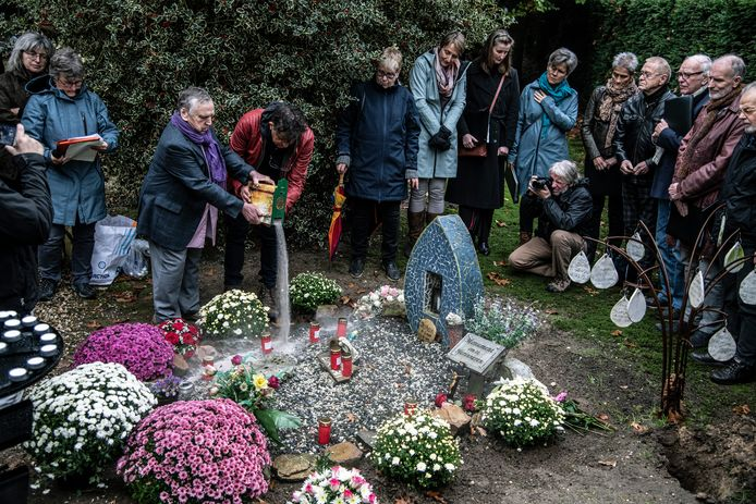 As van vermoorde dakloze Pool Jarek uitgestrooid over het 'monument om te herinneren'