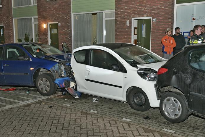 Een kettingbotsing met geparkeerde auto's