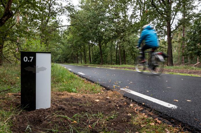 Geen verlichting, wel reflectoren langs het vleermuisvriendelijk fietspad tussen Helmond en Nuenen.