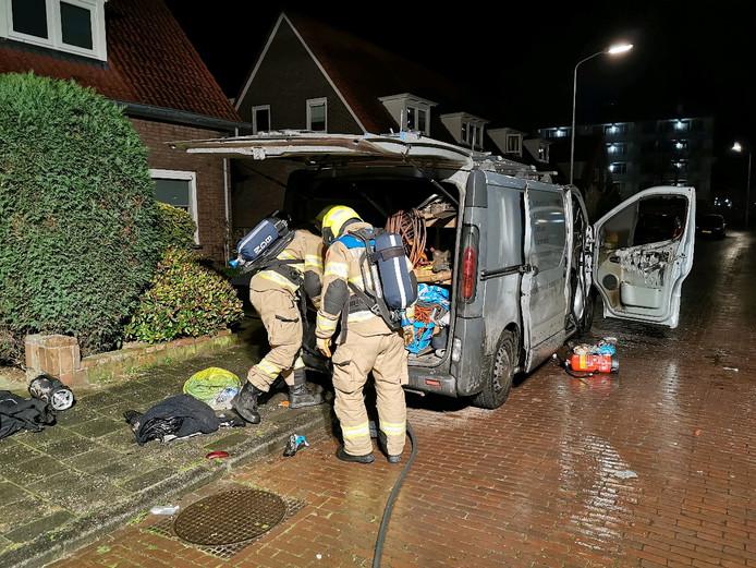 Brandweerlieden bij het busje.