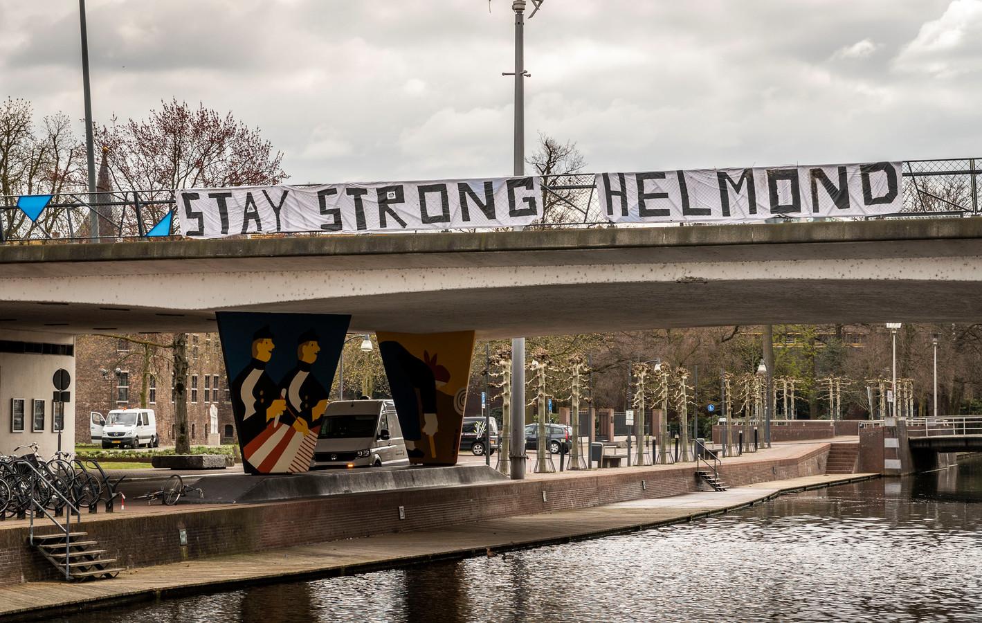 Spandoek in het centrum van Helmond, hangend aan de Kasteel-Traverse-brug over het kanaal.