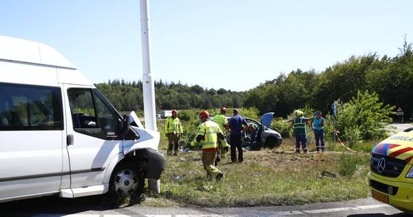 Ongeval met auto en taxibus op beruchte kruising bij Hattem; meerdere gewonden.