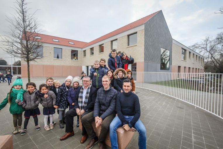De directieteam van Marc Verhelst en Frederik Balliere met schepen Stefaan Vercooren (Open Vld) bij het nieuwe schoolgebouw.