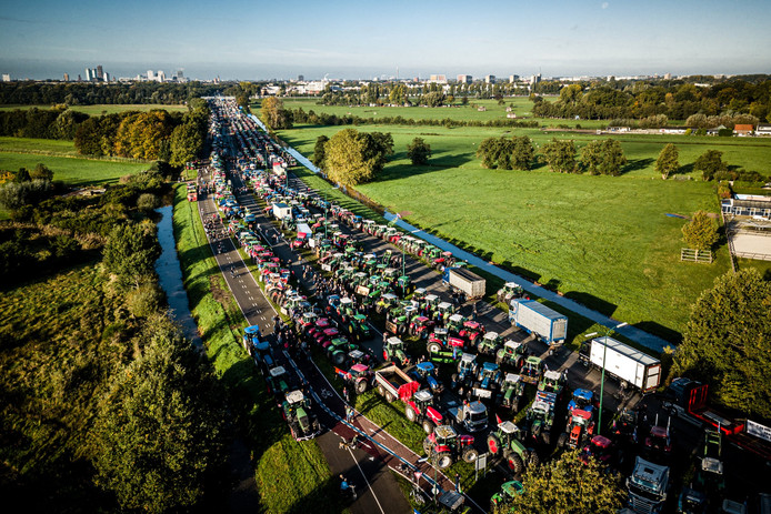 Duizenden tractoren verzamelden zich in De Bilt voor een groots protest tegen het stikstofbeleid van de overheid.