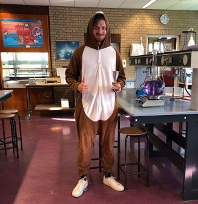 De scheikundeleraar van het Willem de Zwijger College in Papendrecht in zijn mollenpak. In zijn hand heeft hij de wisselbeker die leerlingen konden winnen.