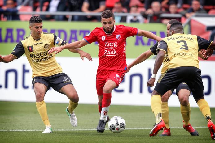 Zakaria Labyad houdt met de bal aan de voet drie man van Roda JC bezig.
