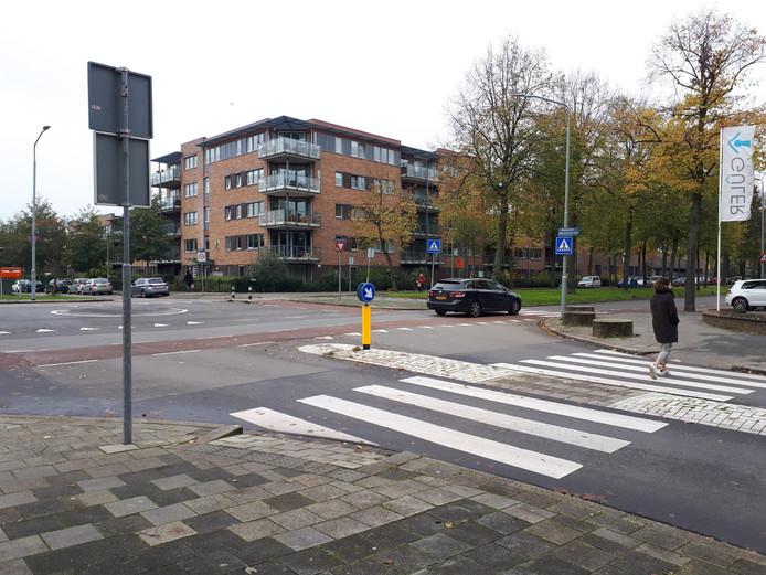 Het kruispunt op de Brouwersdijk waar enkele zebrapaden liggen.