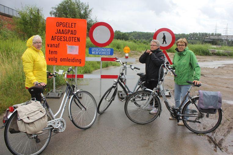 Fabienne, Agnes en Betty konden niet langs het jaagpad naar Liedekerke rijden.