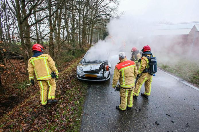 Auto vliegt al rijdend in brand in Helmond