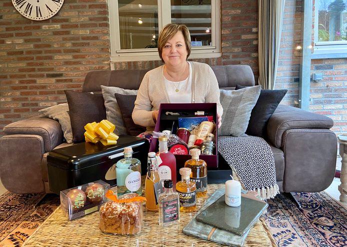 Nadia Onraet met een giftbox en ander producten van Kadolokaal