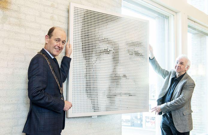 De heringerichte raadszaal wordt vanavond officieel in gebruik genomen. Zonder raadsleden, maar met onthulling nieuwe kunstwerk van Rinus Roelofs (rechts). Links burgemeester Schelberg.