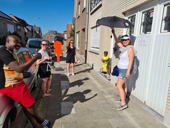 De kleuterjuffen van de wijkschool in de Kruisstraat (VBS 't Landuiterke Denderleeuw) gingen deze week op pad om fotootjes te nemen van de jongste kleuters.