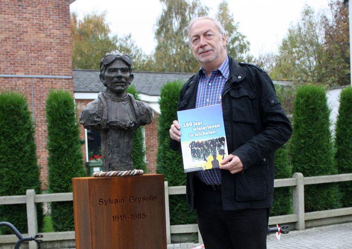 Roger De Knijf schreef een boek over de geschiedenis van het wielrennen in Wichelen.