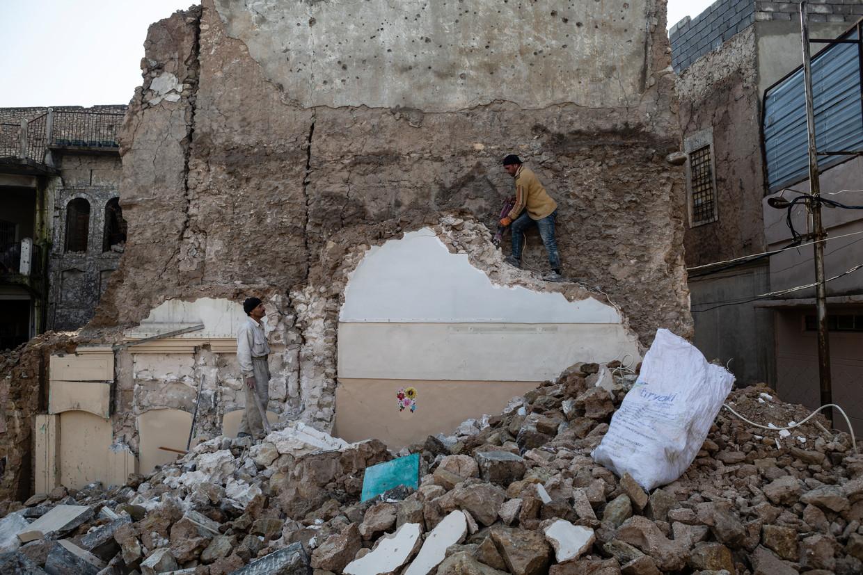 Hazem (l) en zijn neef Zaid verhuren zich als dagloners in Mosul. Zaids huis werd opgeknapt met hulp van de VN. Dat van Hazem ligt nog steeds in puin.  Beeld Hawre Khalid