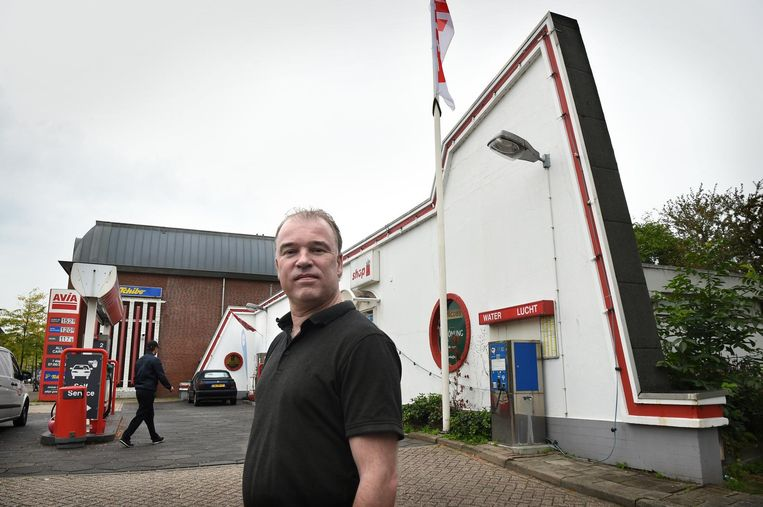 Maurice Witvoet voor het tankstation Witvoet in Glanerbrug. Beeld  Marcel van den Bergh