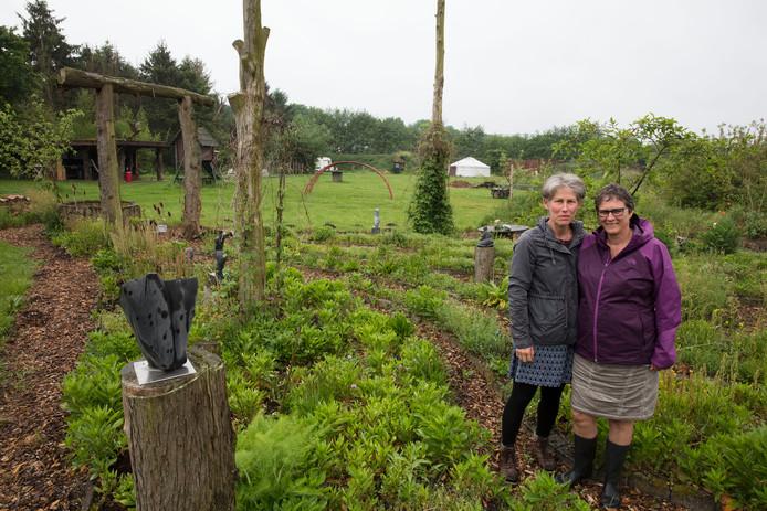Marjan Verhees (rechts) met naast haar: Carry Verrijt, een van de vele vrijwilligers van het Eibernest