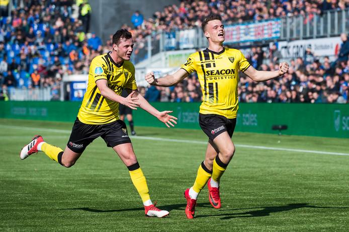 Vito van Crooij (r) juicht na zijn 0-1 tegen PEC Zwolle afgelopen seizoen, Clint Leemans komt hem feliciteren.