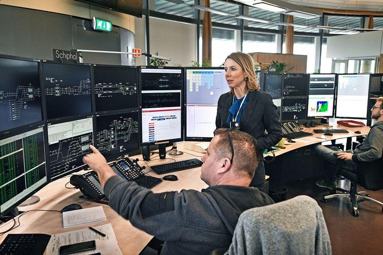 De staatssecretaris krijgt uitleg over technische oplossingen in de controlekamer van Prorail. Beeld Guus Dubbelman/de Volkskrant