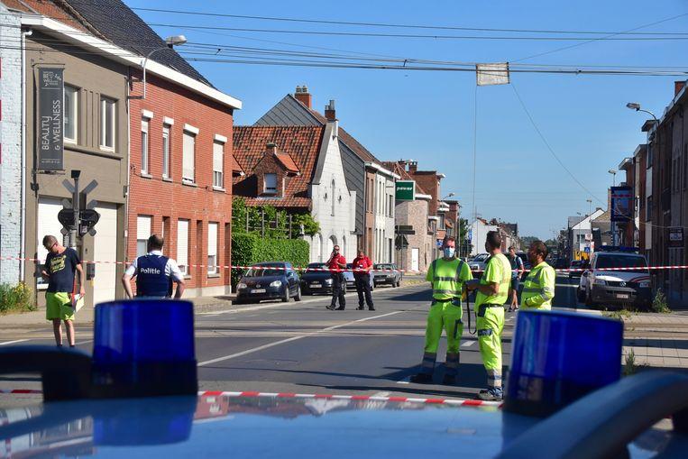 De bovenleidingen aan beide sporen werden zwaar beschadigd, aan de overweg langs de Bruggestraat in Menen.