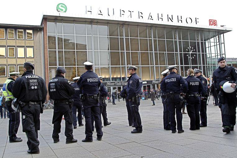 Politie patrouilleert op 6 januari voor het station in Keulen. Beeld null