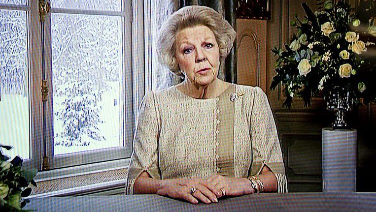 TV-beeld van koningin Beatrix die op eerste kerstdag 2010 haar kersttoespraak via televisie en radio houdt. Beeld ANP