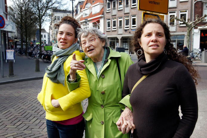 Selma Wijnberg was in 2010 met haar kleindochters Tagan links en Kendra terug in Zwolle. De vrouw die Sobibor overleefde keerde even terug naar haar geboortestad.