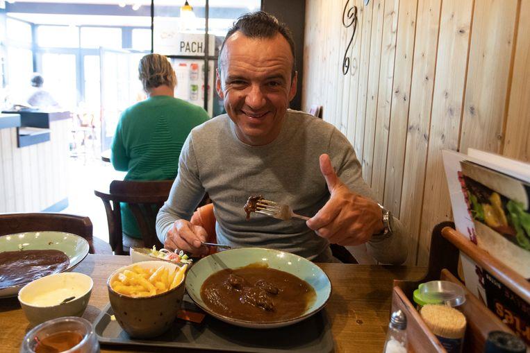 Na een ommetje vorig jaar in de Ardennen keren sterrenchef Luc Bellingsen redacteur Stefan Vanderstraeten deze zomer weer voltijds naar de Belgische kust terug. Zeven zaterdagen, vijfendertig nieuwe restaurants, zeven oerklassieke gerechten.Vandaag op het menu: stoofvlees met friet.