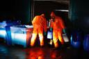 Ruiming van een garagebox in een woonwijk in Eindhoven waar een drugslab is aangetroffen.
